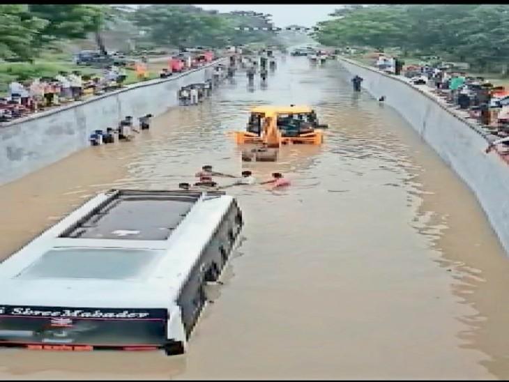 बस व जेसीबी के बीच रस्सी बांधकर पहले सवारियों फिर बस को बाहर निकाला - Dainik Bhaskar