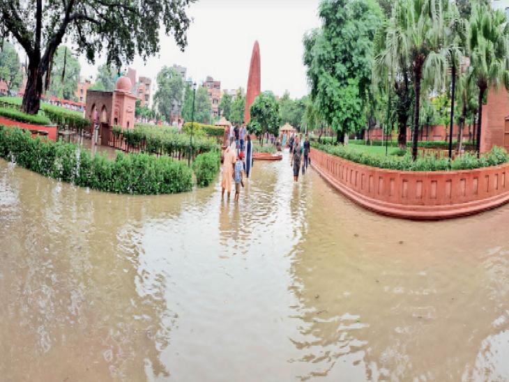 समाधि और दीवार पर गोलियों के निशान वाला मार्ग जलमग्न, शहर-गांव और कस्बा सब पानी-पानी|अमृतसर,Amritsar - Dainik Bhaskar