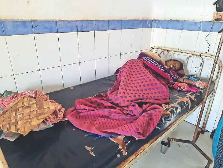 सदर अस्पताल में इलाजरत डायरिया से पीड़ित महिला। - Dainik Bhaskar