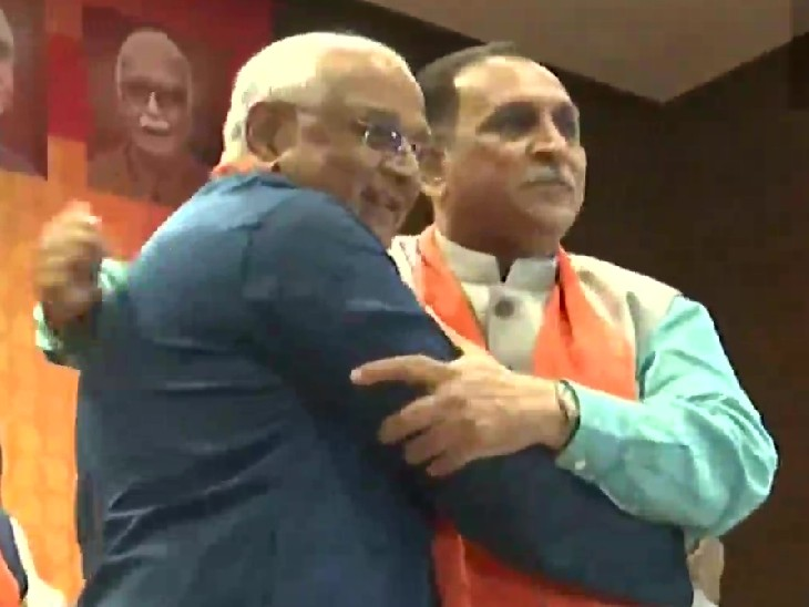 विधायक दल का नेता चुने जाने के बाद विजय रुपाणी के साथ भूपेंद्र पटेल।