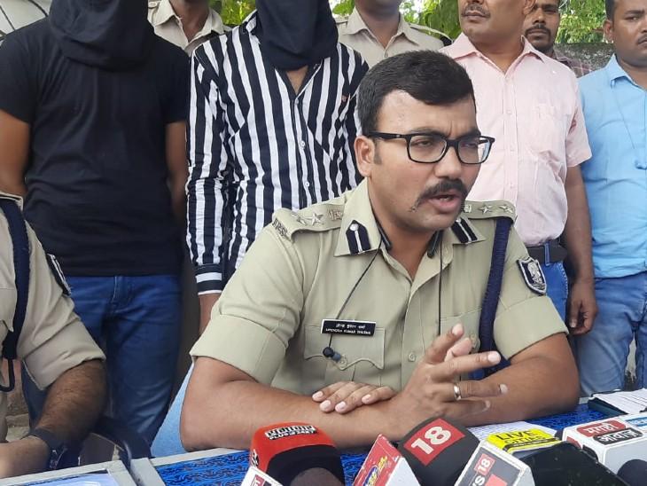 आरोपियों के साथ SSP उपेंद्र कुमार शर्मा। - Dainik Bhaskar