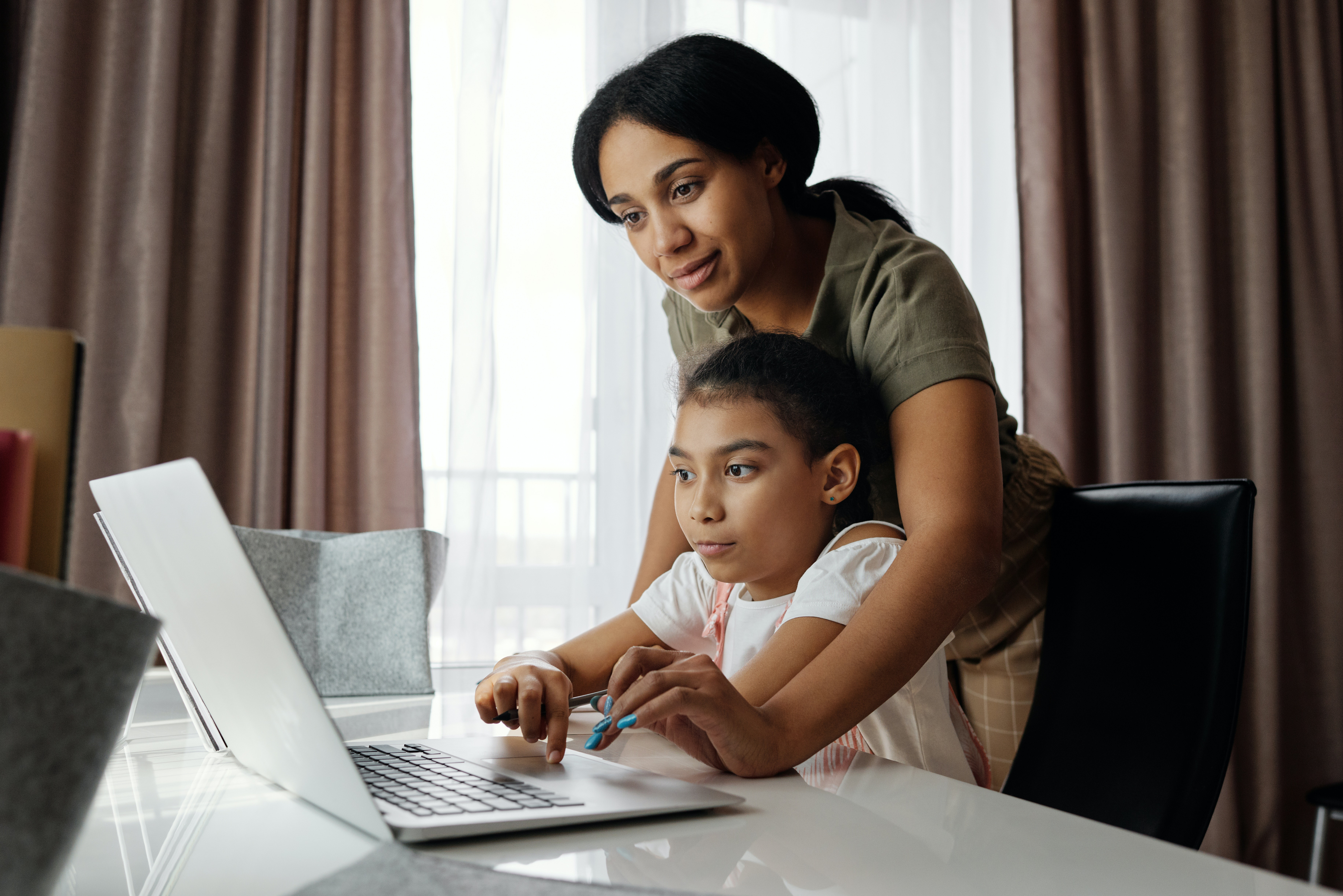ऑनलाइन स्टडी ने मां और बच्चे दोनों की आंखों को थकाया