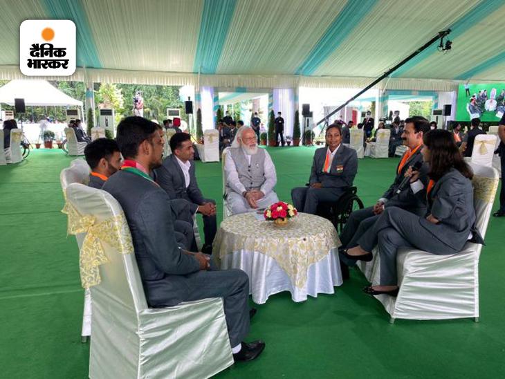 टोक्यो पैरालिंपिक में भाग लेने वाली बैडमिंटन खिलाड़ी पलक कोहली से उनके यहां तक के सफर के अनुभवों के बारे में प्रधानमंत्री ने जाना।