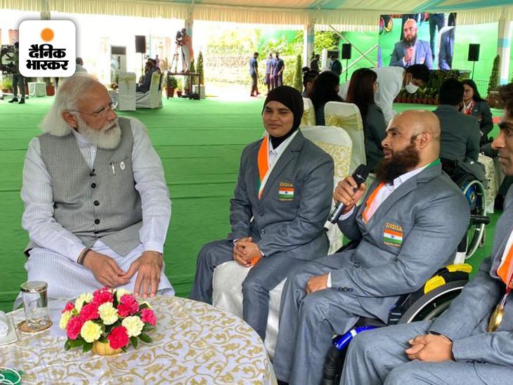 प्रधानमंत्री ने पहली बार पावर लिफ्टिंग में भाग लेने वाली खिलाड़ी सकीना खातून और कोच फरमान बाशा से उनके अनुभवों के बारे में जाना।
