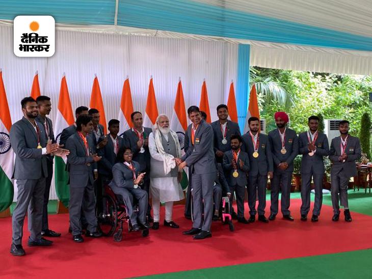 पैरालिंपिक में जेवलिन थ्रो में तीन बार मेडल जीतने वाले देवेंद्र झाझरिया को देश के प्रधानमंत्री नरेंद्र मोदी ने बधाई दी। झाझरिया ने इस बार सिल्वर मेडल जीता।