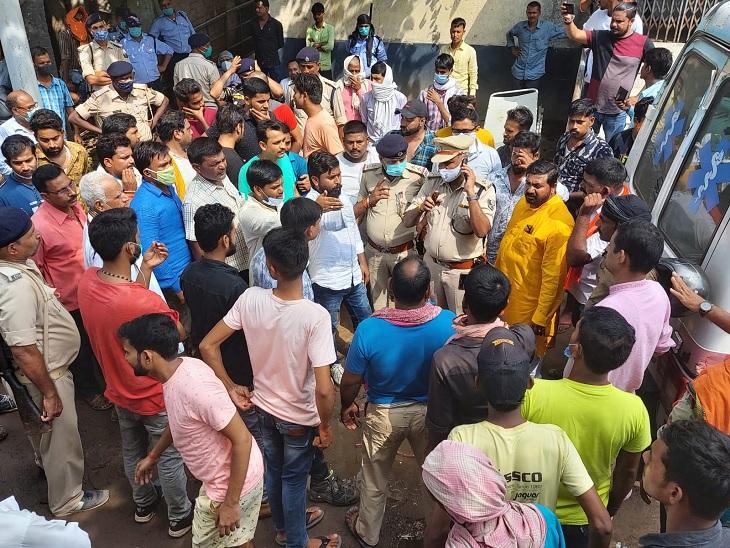 महिला की मौत के बाद परिवार के लोगों में गुस्सा है। पुलिस अफसरों ने जांच का भरोसा दिया है। - Dainik Bhaskar