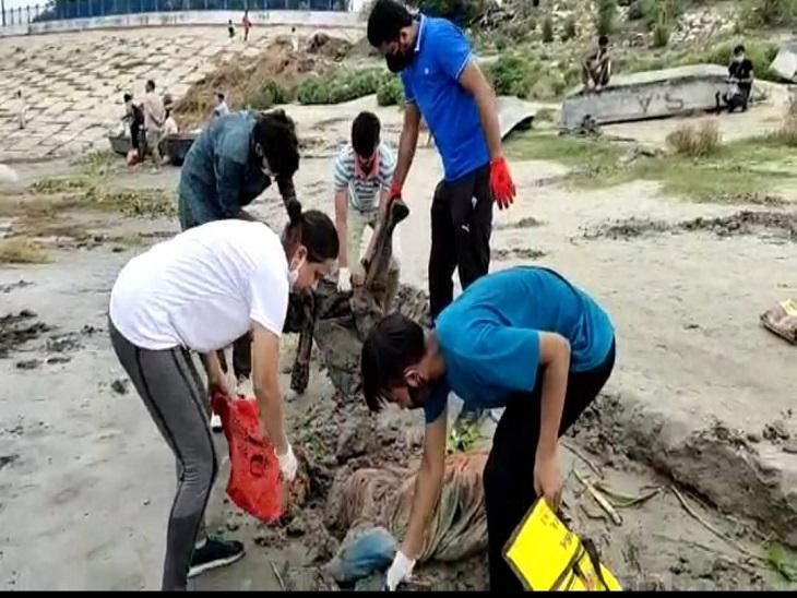 मेरी धरती नाम से बने ग्रुप के लोग घाट की सफाई करते - Dainik Bhaskar