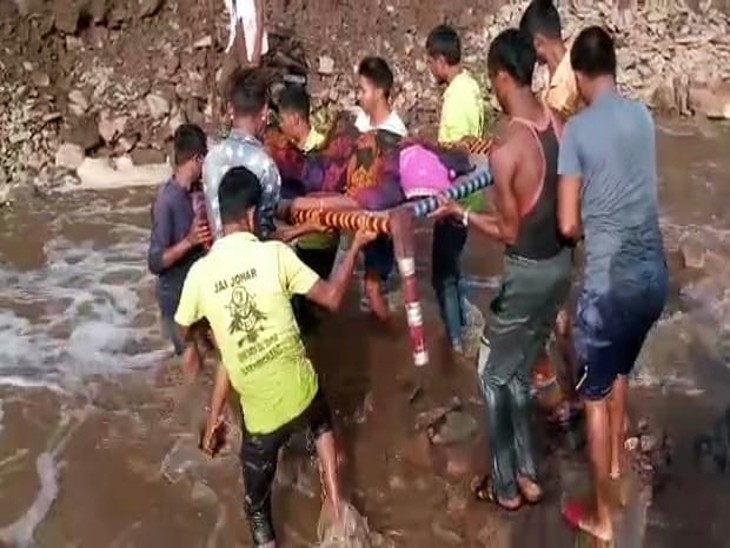 गांव के 12 से ज्यादा युवाओं ने महिला को अस्पताल पहुंचाया।