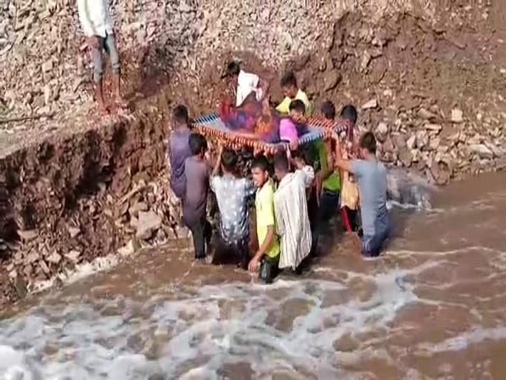 नदी पार करने के बाद महिला को परसाद सामुदायिक स्वास्थ्य केंद्र लाया गया।