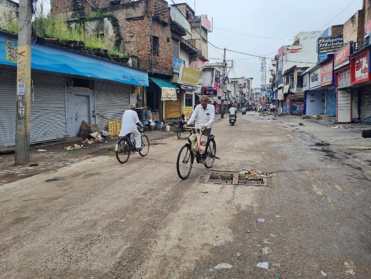 परीक्षा के चलते बंद रेवाड़ी के रेलवे रोड पर दुकानें।