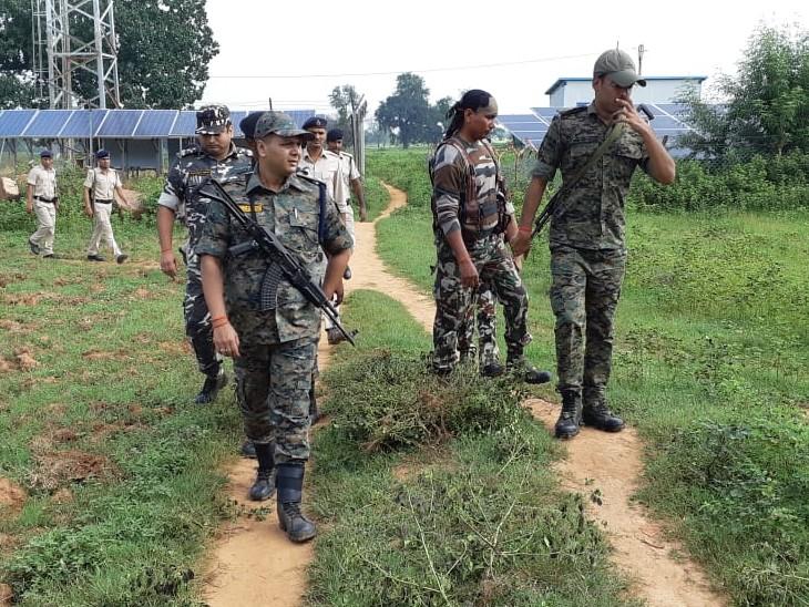 सर्च अभियान के दौरान पुलिस फोर्स। - Dainik Bhaskar