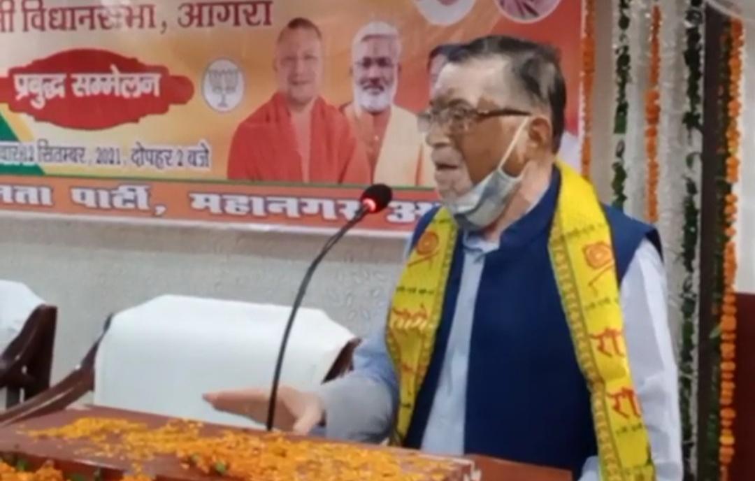 आगरा में आयोजित प्रबुद्धजन सम्मेलन में समोधित करते पुर्व केंद्रीय मंत्री संतोष गंगवार - Dainik Bhaskar