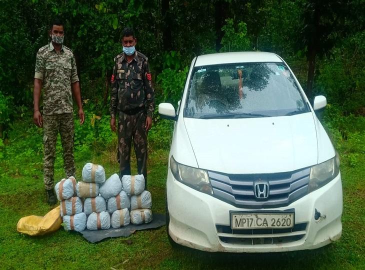 कार की तलाशी लेने पर जवानों ने 30 किलो गांजा बरामद किया है।