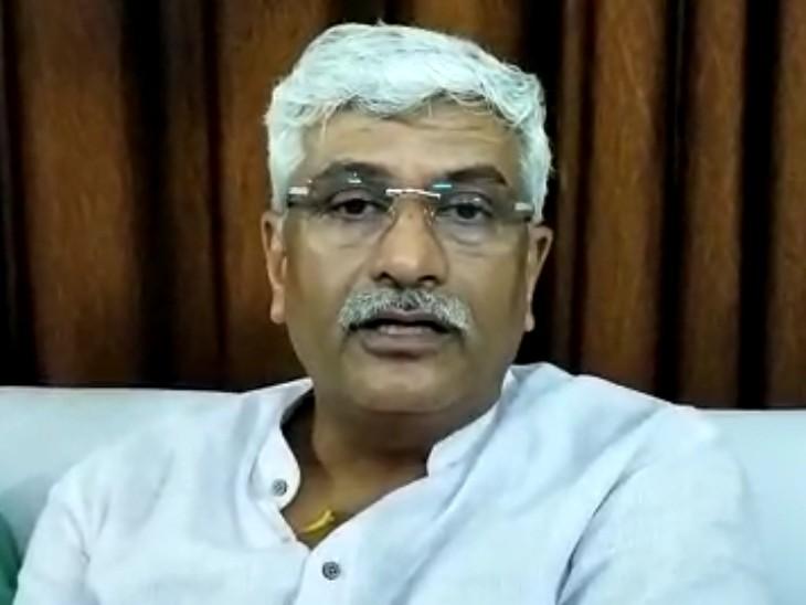 उन्होंने इशारो इशारो में बीजेपी में सीएम का चेहरा घोषित करने की मांग करने वालों को जवाब दिया है।