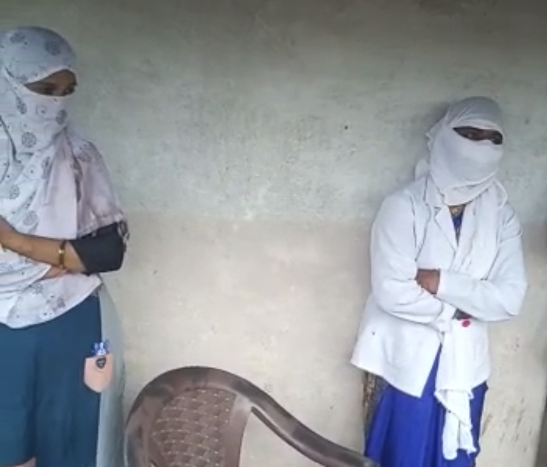 टीका लगाने के बाद महिला की हालत बिगड़ी तो परिजनों ने ANM और CHO को बनाया बंधक, सूचना मिलते ही पहुंची पुलिस, तब छोड़ा|छिंदवाड़ा,Chhindwara - Dainik Bhaskar