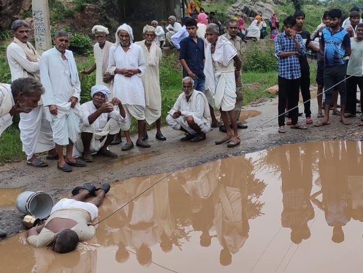 तड़के करीब 4 बजे मंदिर जाते समय रोड पर टूटी पड़ी बिजली की लाइन से हादसा, एमएलए के आने के बाद आए जिम्मेदार अधिकारी|अलवर,Alwar - Dainik Bhaskar