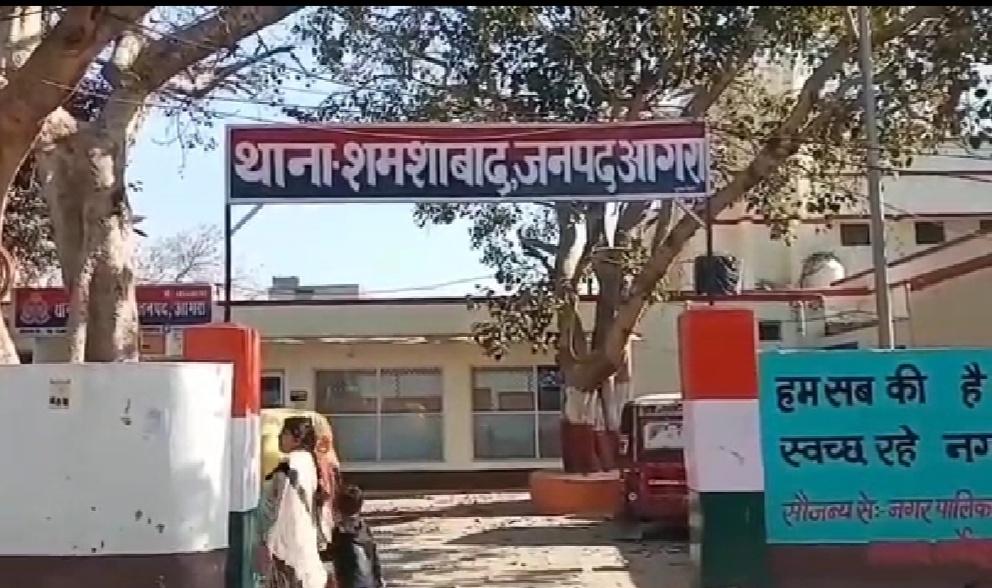 आगरा में महिला ने खुद सर पर मारा पत्थर, थाने में दी हरिजन एक्ट की तहरीर, वीडियो वायरल होने पर पुलिस ने लौटाया|आगरा,Agra - Dainik Bhaskar