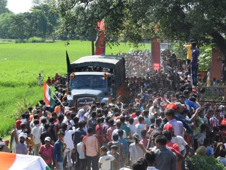 अंतिम दर्शन के दौरान लोगों की भीड़। - Dainik Bhaskar