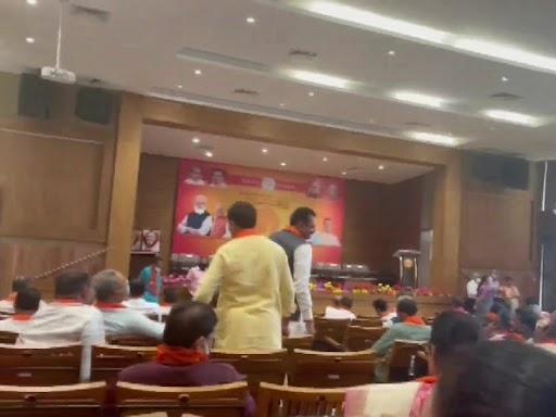 शनिवार को मुख्यमंत्री पद से इस्तीफा देने वाले विजय रुपाणी और केंद्रीय स्वास्थ्य मंत्री मनसुख मांडविया भी भाजपा विधायक दल की बैठक में मौजूद थे।