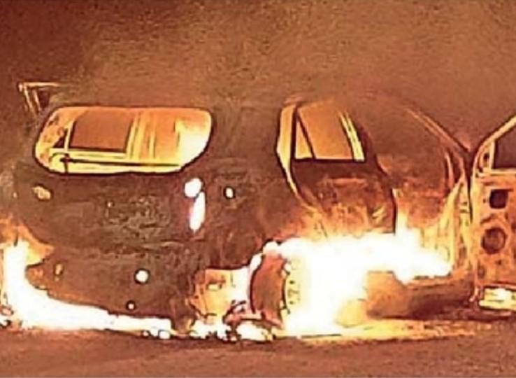 चलती कार में अचानक लग गई आग, ड्राइवर ने कूदकर बचाई जान|नागौर,Nagaur - Dainik Bhaskar