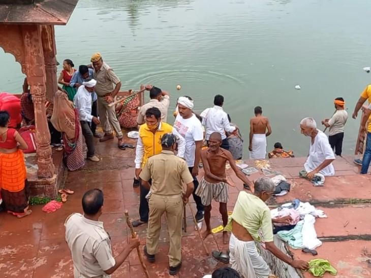 देव छठ मेले में रोक के बाद भी आ रहे श्रद्धालु,पुलिस को करना पड़ा बल प्रयोग,मुख्य रास्तों पर रोका तो,कच्चे रास्तों से चोरी-छिपे पहुंचे|धौलपुर,Dholpur - Dainik Bhaskar