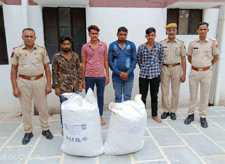 पुलिस गिरफ्त में तस्करी के चारो आरोपी। - Dainik Bhaskar