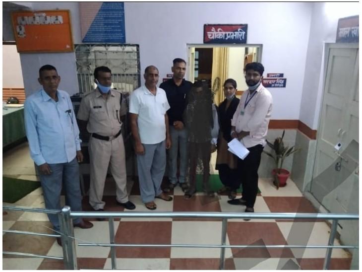 रतनगढ़ में नाबालिग को लेने पहुंची चाइल्ड हेल्प लाइन की टीम। - Dainik Bhaskar
