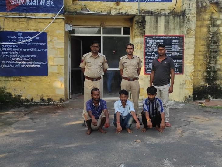 दुकान का शटर तोड़कर 40 बोरी सरसों चोरी करके ले गए थे,शक होने पर तीन युवकों को राउंडअप किया,पूछताछ में वारदात करना कबूला|धौलपुर,Dholpur - Dainik Bhaskar