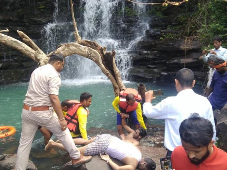 भोपाल से गए तीन दोस्त 100 फीट ऊंचे झरने के कुंड में डूबे; एक दोस्त का पैर फिसला, उसे बचाने 4 पानी में उतरे, 2 को बचाया विदिशा,Vidisha - Dainik Bhaskar