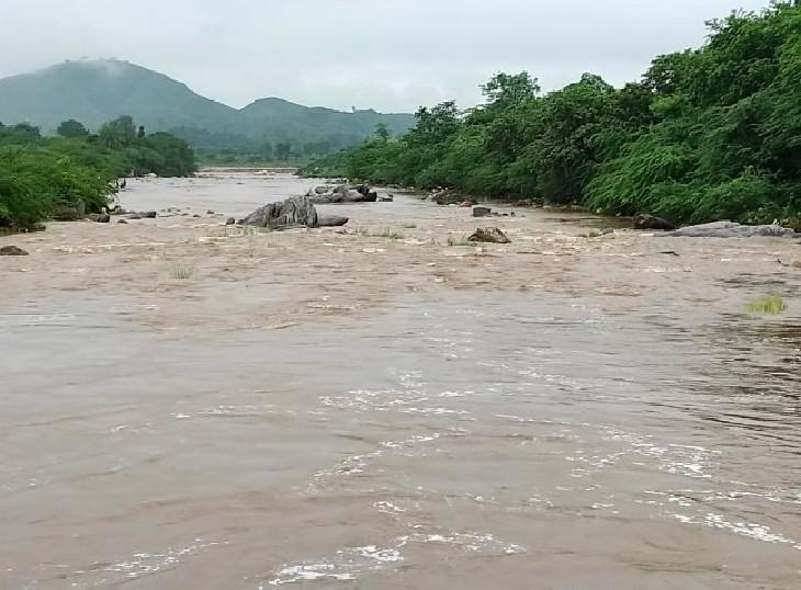 उदयपुर में तेज बारिश के बाद बरसाती नदी में बहता पानी।