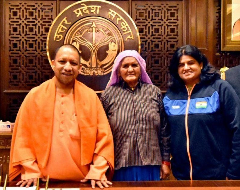 यूपी के मुख्यमंत्री योगी आदित्यनाथ व बेटी सीमा के साथ दादी प्रकाशी तोमर