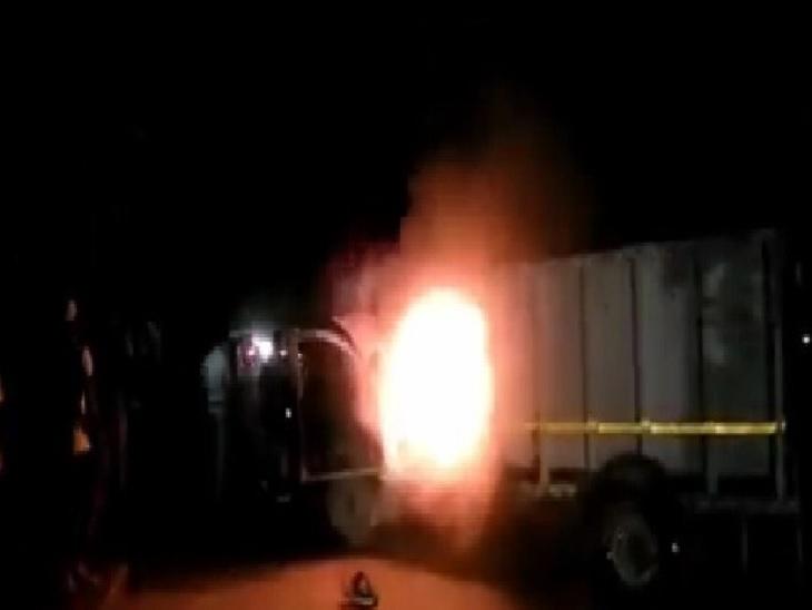 आक्रोशित लोगों ने पिकअप को लगाई आग। - Dainik Bhaskar