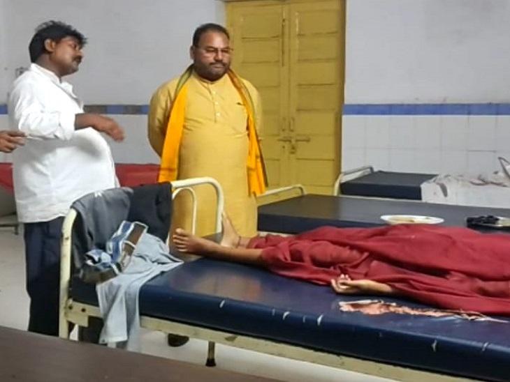 अस्पताल में भर्ती पीड़ितों को देखने पहुंचे समाजसेवी प्रमोद सिंह। - Dainik Bhaskar