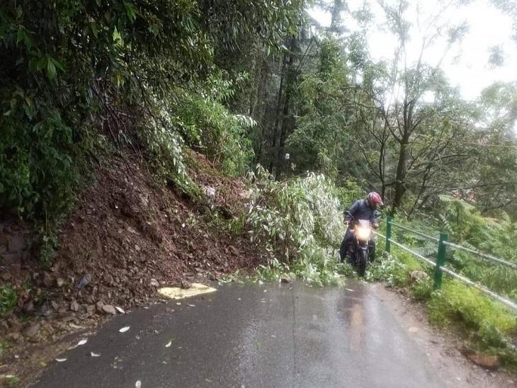 ब्रॉक होस्ट-विकासनगर मार्ग पर गिरा मलबा। - Dainik Bhaskar