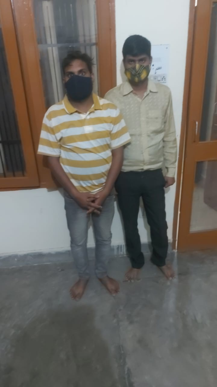हिसार पुलिस की गिरफ्त में ठगी के मामले में पकड़े गए दो आरोपी। - Dainik Bhaskar