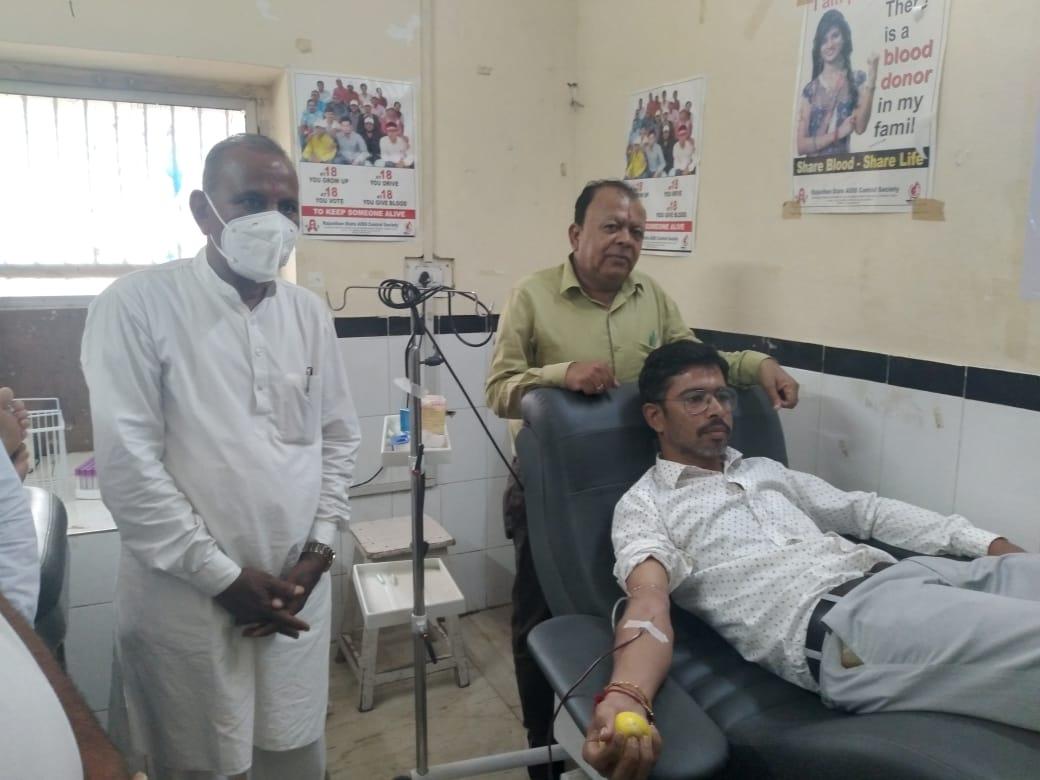 जिला अस्पताल में ब्लड की कमी को देखते हुए खत्री समाज के 52 युवाओं और महिलाओं ने किया रक्तदान|बाड़मेर,Barmer - Dainik Bhaskar