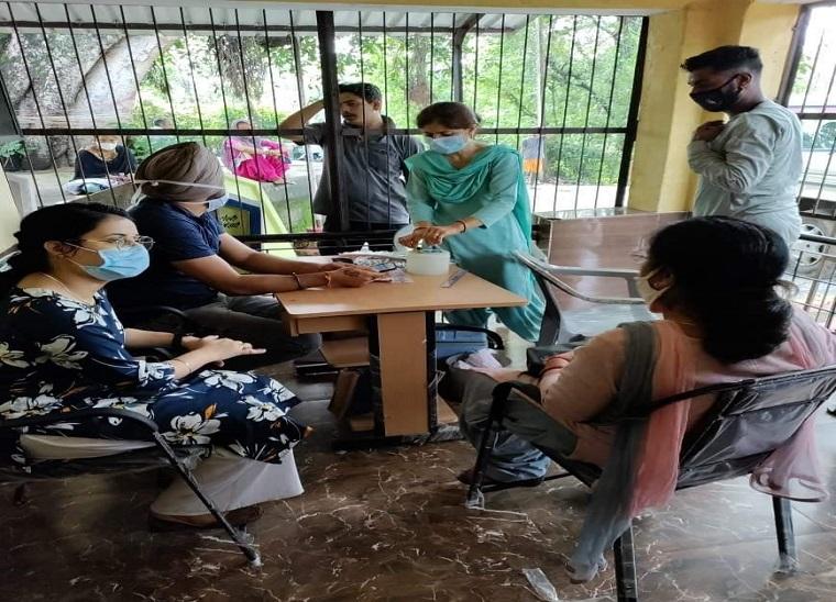 हिमाचल में बाहरी राज्यों से भी पहुंच रहे लोगों को लग रही वैक्सीन।