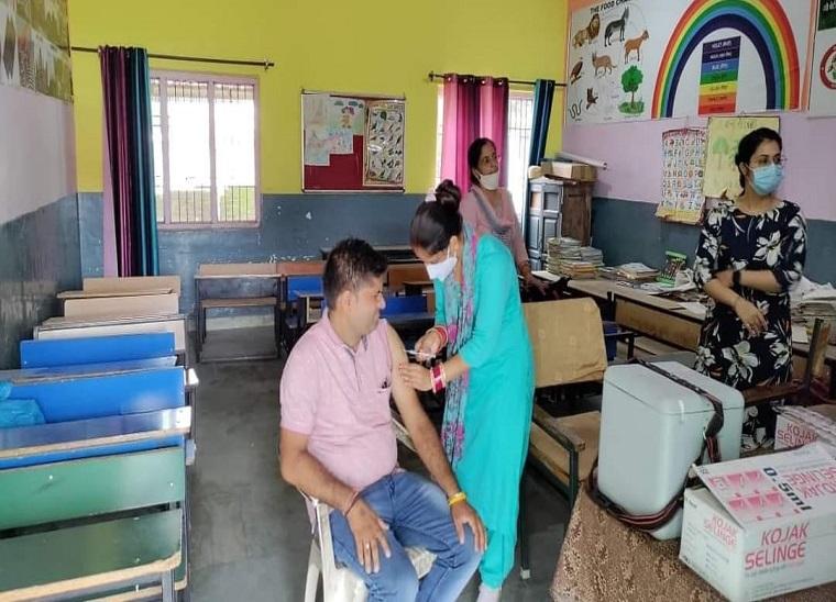 हिमाचल में 104 फीसदी हुआ वैक्सीन। -फाइल फोटो - Dainik Bhaskar