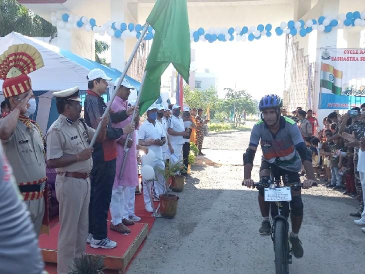 ये जवान साइकिल से असम के तेजपुर, गुवाहाटी, सिलीगुड़ी और पटना होते हुए यहां पहुंचे। - Dainik Bhaskar