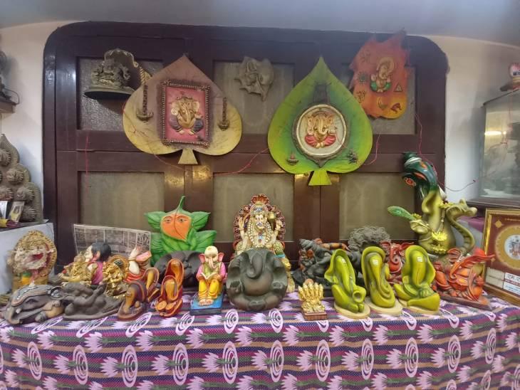 75 वर्षीय गुप्ता ने हर प्रतिमा को विशेष स्थान दिया है।