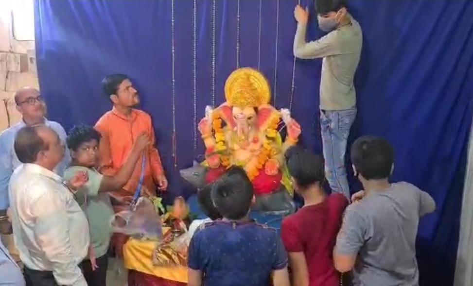 मुस्लिम परिवार ने गणेश जी की प्रतिमा स्थापना के लिए मकान दिया, पूजा-पाठ में भी भागीदारी; हिंदू भाइयों ने कहा- यही हमारी गंगा जमुना की तहजीब|खंडवा,Khandwa - Dainik Bhaskar
