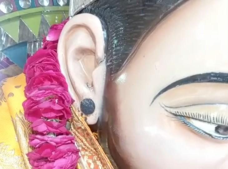हनुमानजी की मूर्ति के कुंडल गायब। - Dainik Bhaskar