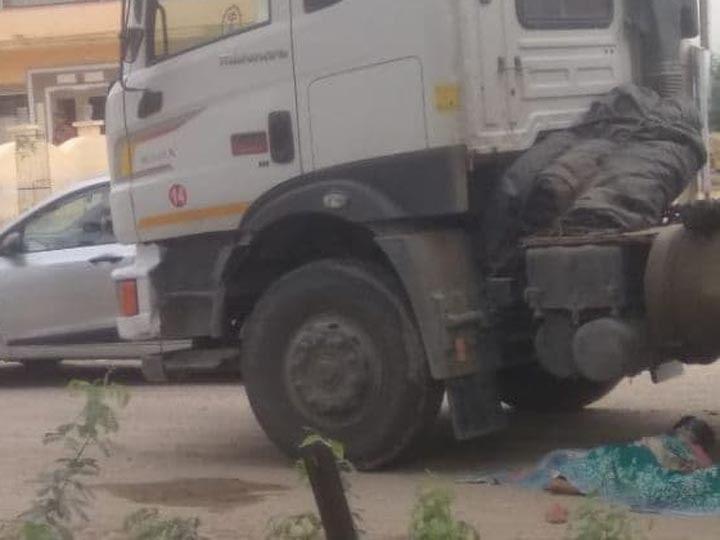 श्रीगंगानगर के सूरतगढ़ थर्मल  में ट्रेलर की चपेट  में आने के बाद घटनास्थल  पर महिला का शव। - Dainik Bhaskar