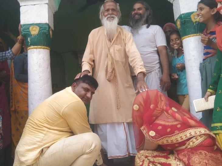 गांव में मंदिर में पंडित से आशीर्वाद लिया।
