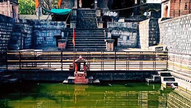विष्णुसागर तालाब में मछलियां पकड़ने आते हैं अज्ञात लोग। - Dainik Bhaskar