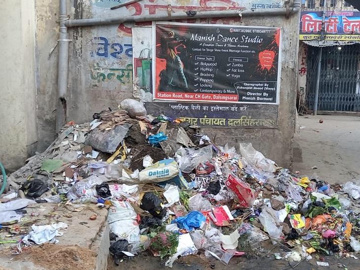 समस्तीपुर के दलसिंहसराय में जगह-जगह लगा कूड़े का ढ़ेर, लोगों का चलना हुआ दूभर|समस्तीपुर,Samastipur - Dainik Bhaskar