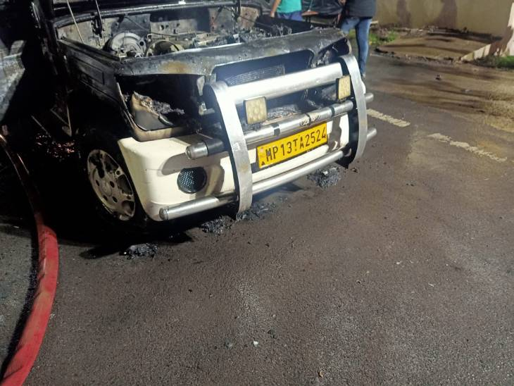 नशे में धुत कार सवार रहवासी क्षेत्र मेंकार में भीषण आग, दो लोग बाल बाल बचे|उज्जैन,Ujjain - Dainik Bhaskar
