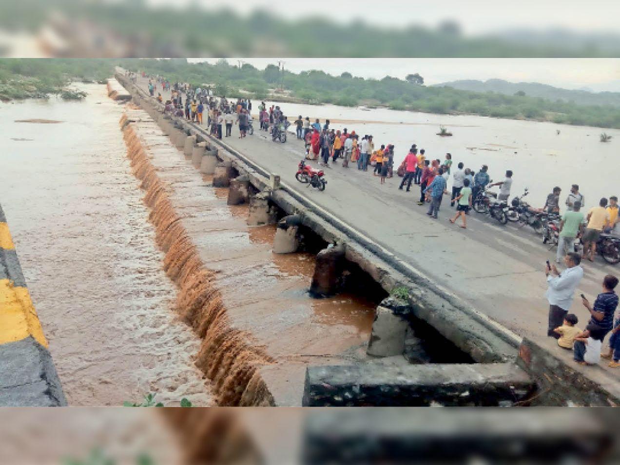 पहाडियों में अच्छी बारिश होने से रविवार को पहली बार सुकड़ी नदी में पानी बहा। नदी को देखने के लिए लोगों की भीड़ लग गई। - Dainik Bhaskar