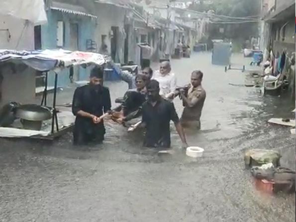 जामनगर में सड़कों पर 3 फीट तक पानी भर गया है।