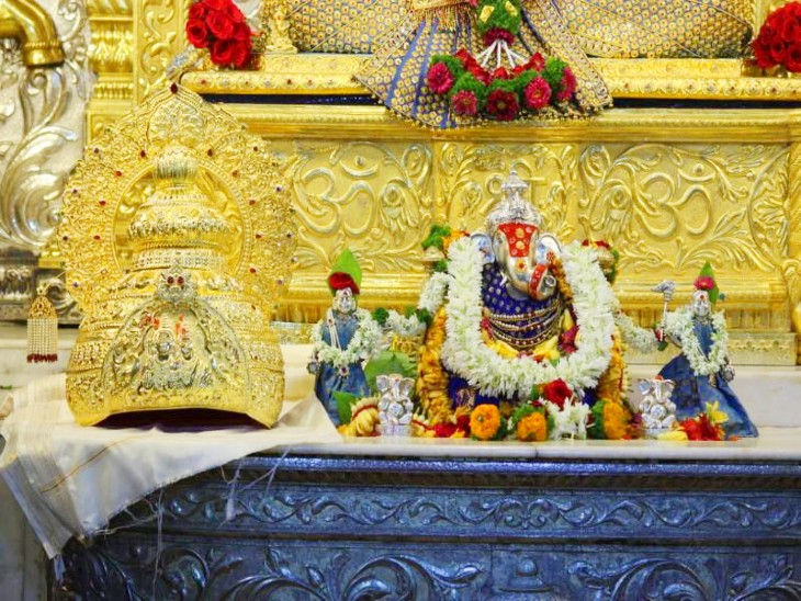 इस मुकुट को 10 दिनों तक भक्तों के ऑनलाइन माध्यम से दिखाया जाएगा। इसे दान करने वाले पुणे के एक उद्योगपति हैं और अकसर यहां दर्शन के लिए आते रहते हैं। - Dainik Bhaskar